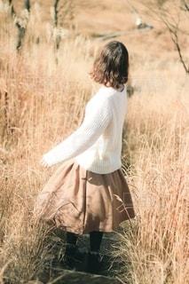 乾燥した草原に立っている人の写真・画像素材[2694197]