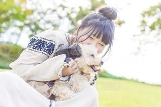 犬を抱いている人の写真・画像素材[2700187]