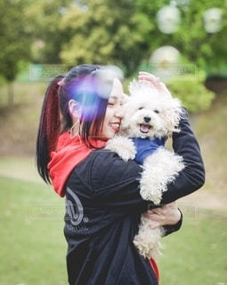 犬を抱っこする女の子の写真・画像素材[2700492]