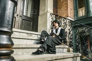 階段に座る男性の写真・画像素材[2739615]