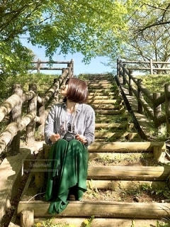 階段で座る女性の写真・画像素材[2739773]