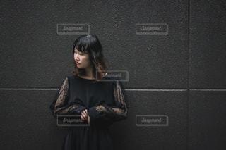 黒コーデの女性の写真・画像素材[2852738]