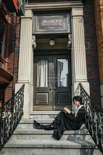 男性,ファッション,階段,黒,男子,人物,人,コーディネート,コーデ,ブラック,男の人,黒コーデ,神父コーデ