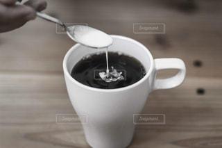 コーヒー1杯とテーブルの上のスプーンの写真・画像素材[2890043]