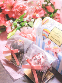 花束とカップケーキの写真・画像素材[2928158]