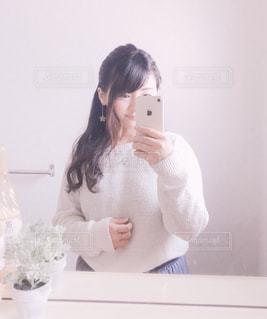 鏡の前で写真を撮る女性の写真・画像素材[3104159]