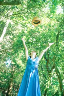 帽子を投げる女の子の写真・画像素材[3139989]