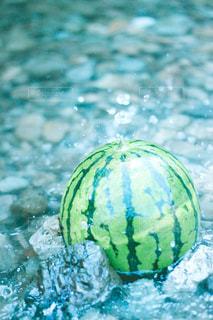 川で冷やしているスイカの写真・画像素材[3148893]