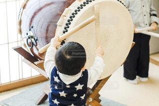 太鼓をたたく子供の写真・画像素材[3199551]