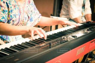 ピアノを弾く手元の写真・画像素材[3199552]