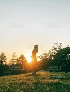 夕陽と女性の写真・画像素材[3395657]