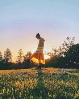 芝生の上に立っている男の写真・画像素材[3395659]