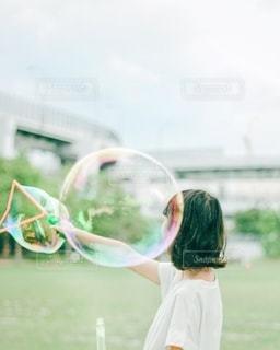 シャボン玉する女の子の写真・画像素材[3402489]