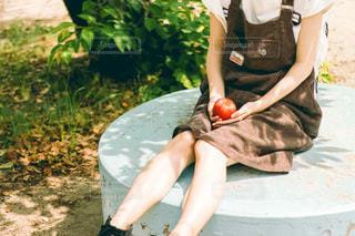 りんご持つ手元の写真・画像素材[3402711]