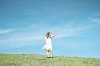 白ワンピースの女の子の写真・画像素材[3425389]