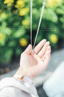 ネックレスと手元の写真・画像素材[4251508]
