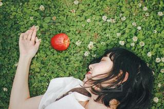りんごと女の子の写真・画像素材[4448897]