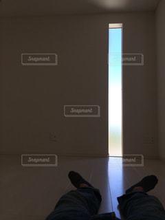 暗い部屋で眠っている男の写真・画像素材[1944820]