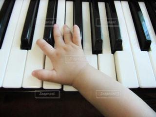 初めてのピアノの写真・画像素材[1998142]