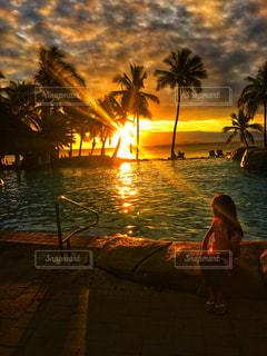 海,空,夕日,木,プール,晴れ,サンダル,夕焼け,幻想的,女の子,日没,光,外国,眩しい,旅行,ヤシの木,夕陽,リゾート,天気,日の入,光り,日が沈む,ミルクティー色