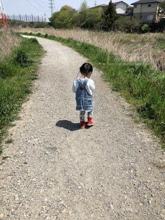 自然,後ろ姿,女の子,人物,背中,後姿,川沿い,遊歩道,2歳,長く続く道