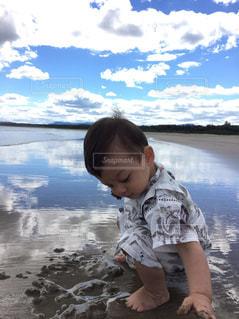 空,夏,砂,ビーチ,雲,反射,鏡,洋服,Tシャツ,シャツ,幼児,オーストラリア,男の子,シドニー,砂遊び,子育て,泥,1歳児,甚平,育児,雲空,そら,ジンベイ,泥遊び,夏服,半袖,ショートトリップ,水面鏡,セブンマイルビーチ,夏衣,夏着,海外育児