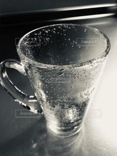 ガラスの気泡が素敵なグラスの写真・画像素材[1956879]
