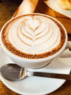 コーヒー,屋内,茶色,スプーン,カップ,カフェラテ,ラテアート,喫茶店,ベージュ,素敵,職人,シルバー,インスタ映え,ミルクティー色