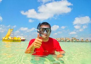 水上のボートに腰掛けている男の写真・画像素材[2106241]