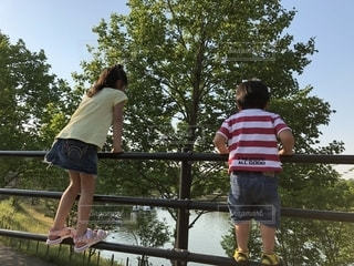 風景,空,屋外,湖,後ろ姿,女の子,樹木,人物,人,幼児,男の子,兄弟,手すり,レジャー・趣味