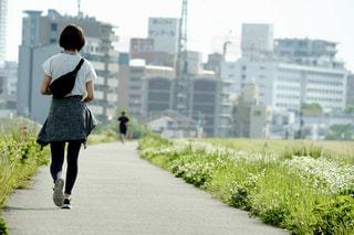 通りを歩いている人の写真・画像素材[2113293]