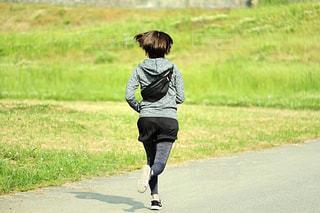 走る妻の写真・画像素材[2117821]