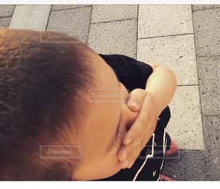 握手した後の手を嗅ぐ息子…の写真・画像素材[2002673]