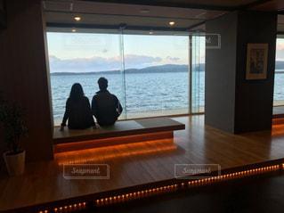 海,屋内,後ろ姿,景色,人物,夫婦,休日,まったり