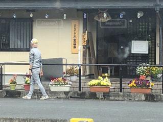 店の前に立っている人の写真・画像素材[2140852]