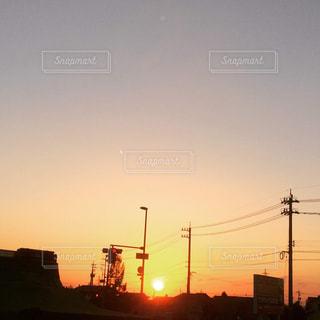 日没、夕焼けの街。綺麗な夕日でした。の写真・画像素材[2260437]