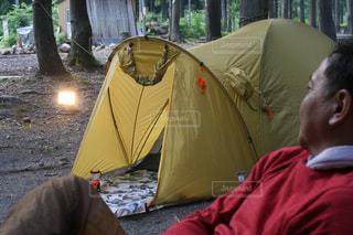 キャンプを楽しんでいるサラリーマンの写真・画像素材[2272584]