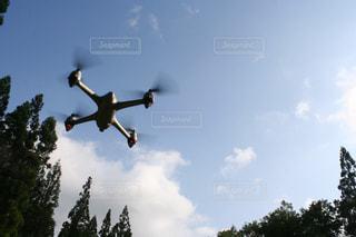 空を飛ぶドローンの写真・画像素材[2274431]
