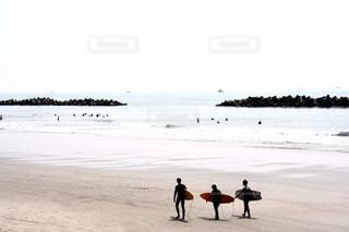 砂浜を歩く人々のグループの写真・画像素材[2328826]