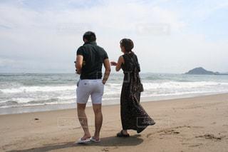 砂浜の上に立つ人の写真・画像素材[2328840]