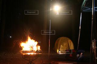 焚き火とランタンにテントの写真・画像素材[2366928]