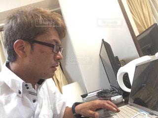 パソコン作業している漢の写真・画像素材[2396931]