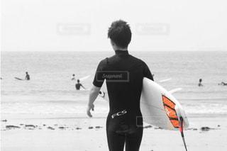 男性,海,空,屋外,サーフィン,サーフボード,ビーチ,波,モノクロ,水面,人,フィルム,安全,フィルム写真,フィルムフォト