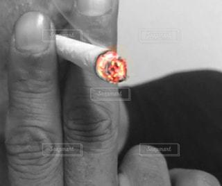 タバコを吸ってる男の写真・画像素材[2434060]