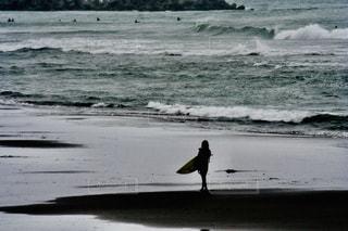 浜辺を歩く女性の写真・画像素材[2434103]