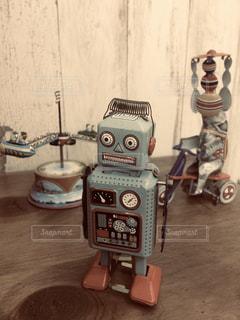 木製のテーブルの上のブリキおもちゃの写真・画像素材[2435053]
