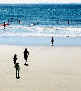 浜辺をかける家族の写真・画像素材[2444259]