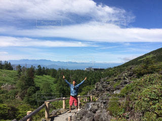 山の上に立っている男の写真・画像素材[2446101]