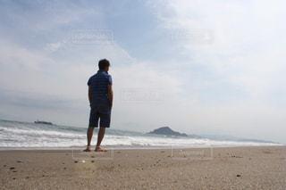 海を見て癒されている男の写真・画像素材[2606531]