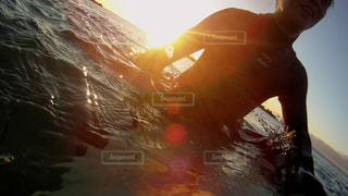男性,海,空,屋外,太陽,サーフィン,光,人,初日の出